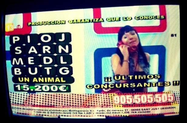 Un ejemplo de programa emitido por Canal 13, con la presentadora atendiendo una llamada